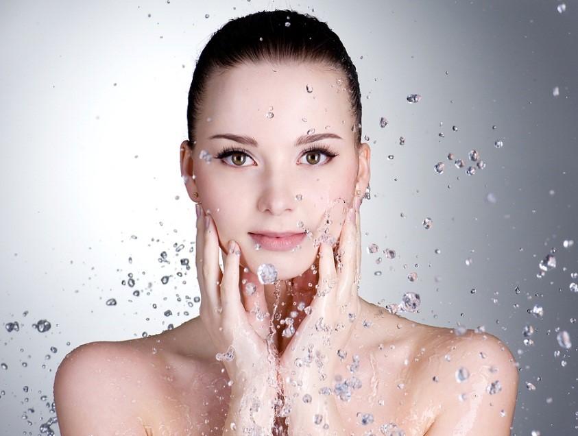 คำอธิบาย: http://www.idoskinrx.com/wp-content/uploads/2012/11/bigstock-Drops-Of-Water-Around-The-Beau-15478295.jpg